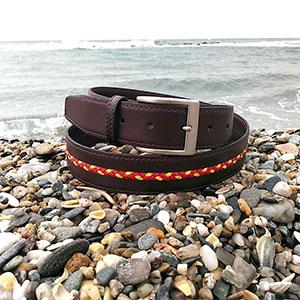 Cinturón de piel con trenza en el cetro en 3.5cm de ancho y hebilla zamak