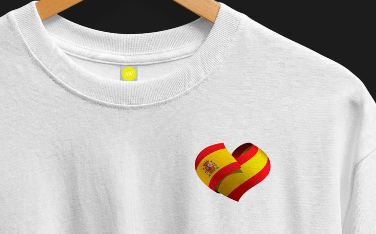 Camiseta con corazón España entrelazado